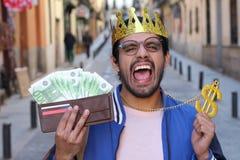 Arrogant man som visar hans pengar royaltyfri foto