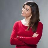 Arrogante Frau 30s, die für aufregenden Sieg lächelt Stockfotografie
