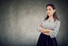 Arrogante junge Frau mit den Armen kreuzte stockfoto