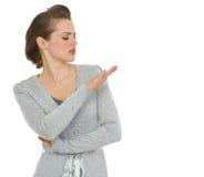 Arrogante moderne Geschäftsfrau, die auf Nägeln schaut Stockfoto