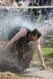 Arrojan a chorros al hombre con agua y strying para evitar electrificado Fotografía de archivo libre de regalías