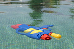Arroje a chorros el arma que flota en piscina Foto de archivo