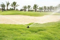 Arrosage dans le terrain de golf Images libres de droits