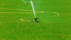 Arrosage de la pelouse pour des compétitions sportives banque de vidéos