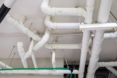 Arrosage de réseau de pipe-lines de l'eau de PVC, sûr et propre blanc dans le bâtiment moderne photo libre de droits