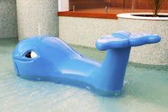 Arrosage du décor de piscine d'enfants de baleine image stock