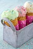 Arrose sur trois cornets de crème glacée Images libres de droits