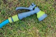 Arroseuse dans la pelouse Photographie stock libre de droits