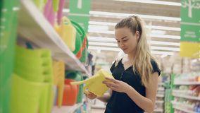 Arroseuse de achat de l'eau de belle fille banque de vidéos