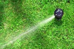 Arroseuse fonctionnante de pelouse Photos libres de droits