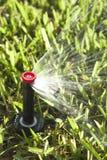 Arroseuses automatiques d'herbe et de jardin de pelouse photographie stock
