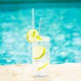 Arrosez avec de la glace au bord d'une piscine de station de vacances Concept du luxe v Image libre de droits