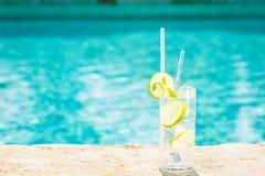 Arrosez avec de la glace au bord d'une piscine de station de vacances Concept du luxe v Photographie stock libre de droits