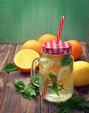 Arrosez avec de la glace, le citron, l'orange, la menthe et la mélisse Cocktail d'été Photo stock