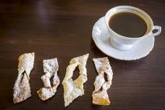Arrosez avec du sucre en poudre, plat frit de pâte de tarte sablée Cuisine polonaise - ailes d'ange du fawork i Photos libres de droits