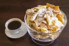 Arrosez avec du sucre en poudre, plat frit de pâte de tarte sablée Cuisine polonaise - ailes d'ange du fawork i Photographie stock libre de droits