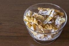 Arrosez avec du sucre en poudre, plat frit de pâte de tarte sablée Cuisine polonaise et lithuanienne de dessert - l'ange de fawor Photos libres de droits