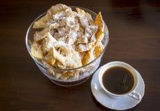 Arrosez avec du sucre en poudre, plat frit de pâte de tarte sablée Cuisine polonaise et lithuanienne de dessert - l'ange de fawor Photos stock