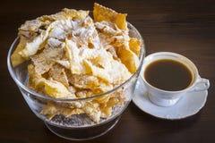 Arrosez avec du sucre en poudre, plat frit de pâte de tarte sablée Cuisine polonaise et lithuanienne de dessert - l'ange de fawor Images libres de droits