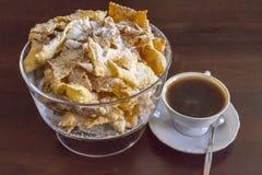 Arrosez avec du sucre en poudre, plat frit de pâte de tarte sablée Cuisine polonaise et lithuanienne de dessert - l'ange de fawor Image stock
