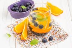 Arrosez avec l'orange et la myrtille, boisson non alcoolisée saine d'été photographie stock libre de droits