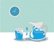 Arrosez dans la cruche, le verre et l'horloge bleue Photographie stock