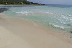 Arrosez, des roches par la mer avec des vagues de la mer Méditerranée après Photographie stock
