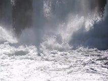 Arrosez l'ébullition en cascade sous la vieille usine d'hydroélectricité clips vidéos
