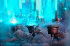 Arrosez l'éclaboussement sur les lumières bleues dans une fontaine Images stock