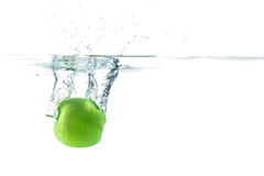 Arrosez l'éclaboussure Pomme verte sous l'eau Le bulle d'air et transparen photo stock