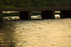 Arrosez l'écoulement par un petit pont - rivière Photo libre de droits