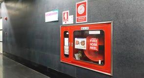Arrosez l'équipement pour la bobine de tuyau d'incendie dans le bâtiment image libre de droits