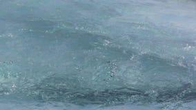 Arrosez l'entrée au-dessus d'une surface de glace dans la rivière de Katun au printemps banque de vidéos