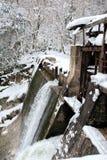 Arrosez l'libération d'un barrage abandonné de Beslet, Abkhazie Photos libres de droits
