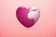 Arrosez la baisse sur la surface et la terre roses de coeur-forme Images libres de droits