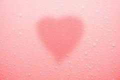 Arrosez la baisse sur la surface rose pour l'amour et la valentine Photo libre de droits
