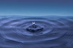 Arrosez la baisse tombant dans l'eau Photo stock
