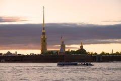 Arrosez la promenade chez Peter et Paul Fortress le soir de mai St Petersburg, Russie Photos libres de droits