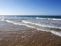 Arrosez la surface de la mer ou l'océan avec l'horizon et le ciel bleu ou la mer W photo stock