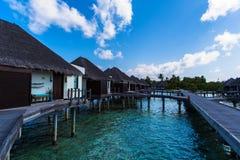 Arrosez la vue de suite à la station de vacances Maldives de quatre saisons chez Kuda Huraa Photographie stock libre de droits