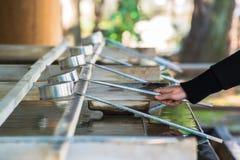 Arrosez le bassin à l'entrée du tombeau de Shinto de tombeau de Yasukuni à Tokyo photo stock