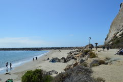 Arrosez le bord du ` s et le pilier de roche à la baie la Californie de Morro Photo libre de droits