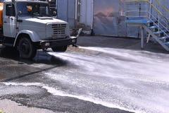 Arrosez le camion arrosant l'asphalte à une usine pour du Image libre de droits