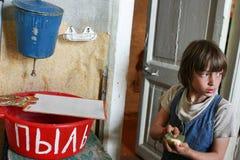 Arrosez le distributeur à l'école primaire de campagne, fille nettoie le schoo Image libre de droits