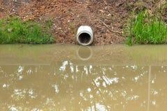 Arrosez le drain, vidangez l'écoulement dans le canal pour empêchent des événements d'inondation dans la ville Photos stock