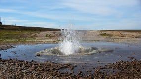 Arrosez le geysir à la région géothermique de Hveravellir en Islande Image stock