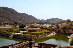 Arrosez le kyari kesar de jardin, Inde de Jaipur Ràjasthàn de fort d'Amer Images libres de droits