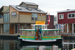 Arrosez le taxin et le village à la maison de flottement, port intérieur, Victoria, Vancouver, Colombie-Britannique Images libres de droits