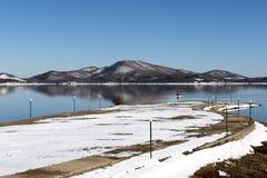 Arrosez le vélo sur le lac à un jour d'hiver, Grèce Photos libres de droits