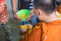 Arrosez le versement au moine dans la tradition de festival de Songkran de la Tha?lande image stock